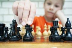 Faça um movimento, menino que joga o checkmate Foto de Stock Royalty Free