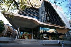 Façade à abats-sons moderne avec l'entrée en porte-à-faux d'auvent de Kenneth Myer Building à l'université de Melbourne, Victoria photos libres de droits