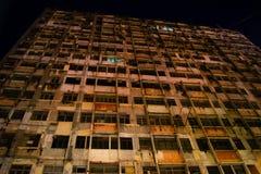 Façade abandonnée de bâtiment avec les fenêtres cassées Images libres de droits