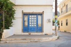 Façade abandonnée de maison dans un coin de la rue Images stock