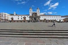 Façade avant de l'église et du couvent de San Francisco à Quito Image stock