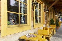 Façade avant de vieille mais rénovée maison en bois Images libres de droits