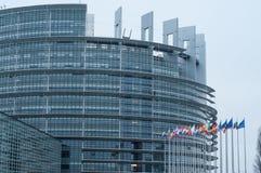 Façade avec des drapeaux du parlement d'Union européenne Photos stock