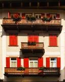 Façade avec des fleurs, dAmpezzo de Cortina, Italie images libres de droits