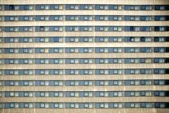 Façade ayant beaucoup d'étages avec des fenêtres Image libre de droits