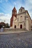 Façade baroque de l'église avec une tour de cloche gothique images stock