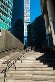 Façade bleue de gratte-ciel Constructions de Berlin silhouett en verre moderne Image libre de droits