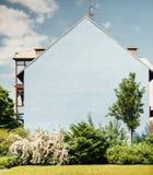 Façade bleue de maison sans fenêtres Images libres de droits