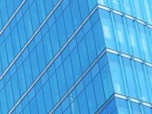 Façade bleue en verre de construction Image libre de droits