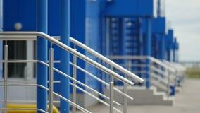 Façade bleue lumineuse des Chambres d'usine banque de vidéos