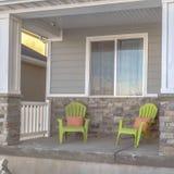 Façade carrée d'une maison avec des escaliers menant au porche et à l'entrée principale avec la guirlande image stock