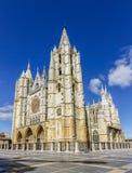 Façade centrale, tour et fenêtre rose de la cathédrale de Léon Images stock