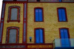 Façade colorée de brique de vieille maison images libres de droits