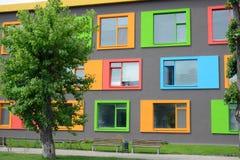 Façade colorée de l'école des arts photographie stock libre de droits