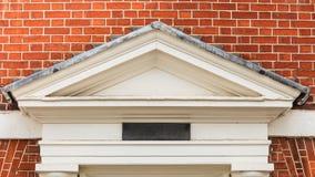 Façade décorative au-dessus de l'entrée, architecture anglaise Photographie stock libre de droits