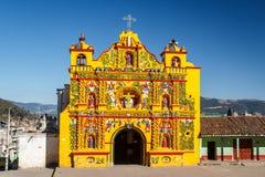 Façade d'église en ville de San Andres Xecul photos stock
