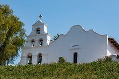Façade d'église et tour de Bell à la mission San Diego Photographie stock