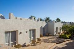 Façade d'hôtel en Egypte avec des palmiers et des buissons verts photographie stock libre de droits