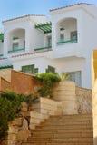 Façade d'hôtel en Egypte avec des palmiers images libres de droits