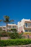 Façade d'hôtel en Egypte avec des palmiers photos stock