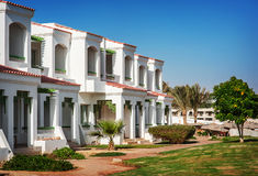 Façade d'hôtel en Egypte avec des palmiers photos libres de droits