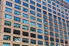 Façade d'immeuble de brique avec les fenêtres en bois images libres de droits
