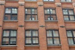 Façade d'immeuble de brique rouge Photographie stock