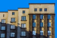 Façade d'un édifice moderniste Photographie stock libre de droits