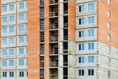 Façade d'un bâtiment à plusiers étages en construction image stock