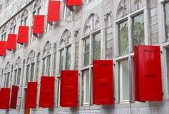Façade d'un bâtiment antique avec les abris et les fenêtres en verre teinté rouges, Utrecht, Pays-Bas Images stock