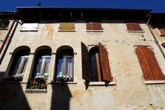Façade d'un bâtiment avec des fleurs dans Oderzo dans la province de Trévise en Vénétie (Italie) Image stock