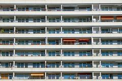 Façade d'un bâtiment préfabriqué de logement à caractère social photographie stock