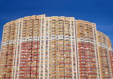 Façade d'un grand immeuble à plusiers étages avec beaucoup de fenêtres au-dessus de vue de face sans nuages de ciel bleu Images stock