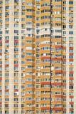 Façade d'un grand immeuble à plusiers étages avec le plan rapproché de vue de face de beaucoup de fenêtres Photographie stock