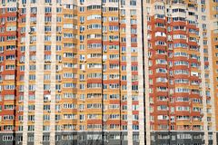 Façade d'un grand immeuble à plusiers étages avec le plan rapproché de vue de face de beaucoup de fenêtres Photo stock