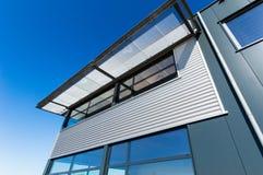Façade d'un nouvel immeuble de bureaux industriel Images libres de droits