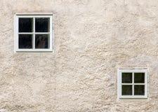 Façade d'un vieux bâtiment avec de petites fenêtres Photo libre de droits