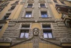 Façade d'un vieux bâtiment européen avec des bas-reliefs photos libres de droits