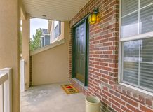 Fa?ade d'une maison avec un petit porche et un mur de briques rouge classique photographie stock libre de droits