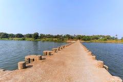Façade d'une rivière avec un pont à travers Khidrapur, Dist Kolhapur, maharashtra Photo stock