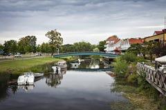 Façade d'une rivière de ville de Kungsbacka Photos stock