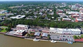Façade d'une rivière visuelle aérienne Savannah Georgia banque de vidéos