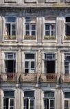 Façade d'une vieille maison abandonnée à Porto Image stock