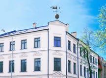 Façade d'une vieille maison avec le coq de temps dans Ventspils Photographie stock libre de droits