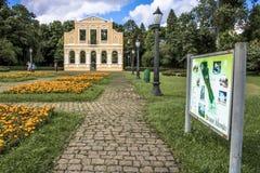 façade dans la forêt allemande dans la place de la poésie germanique dans Curitiba image libre de droits