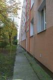 Façade de bâtiment avec le trottoir Photo stock