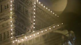 Façade de bâtiment dans la nuit banque de vidéos