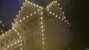 Façade de bâtiment dans la nuit clips vidéos