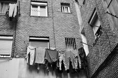 Façade de bâtiment de voisinage de travailleur avec le mensonge de vêtements Images stock