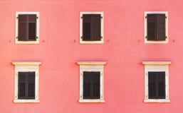Façade de bâtiment et vieilles fenêtres avec le bli en bois classique de volets Images libres de droits